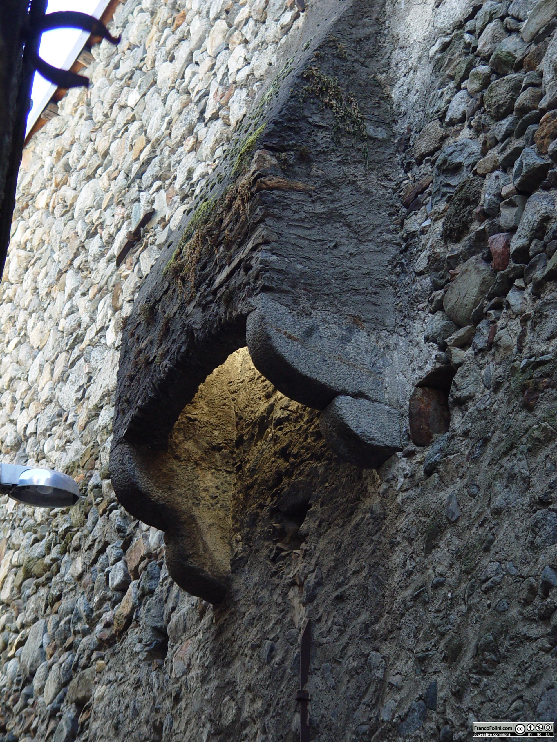 Angoli nascosti di Chiuro: Chiuro: Caditoia del Castello Quadrio che sorge in centro al paese. Lo scopo della caditoia era quello di difendere l'accesso sottostante al castello da intrusioni indesiderate.