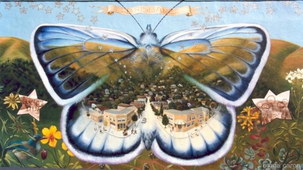 Dettaglio di un murale di Mona Caron in Brisbane, CA