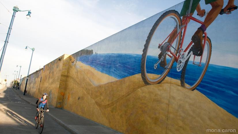 Murale di Mona Caron lungo il Duboce Bikeway in San Francisco
