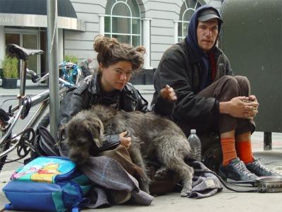 Ho incontrato Jamie a San Francisco una fredda mattina d'inverno. Stava seduto sul marciapiede con la sua ragazza e il loro cane chiedendo l'elemosina ai passanti. Erano chiaramente homeless. Ho lasciato loro le poche monete che avevo in tasca. Mi hanno ringraziato gentilmente. Poche settimane dopo ho saputo da un loro amico che Jami era morto, probabilmente di overdose.