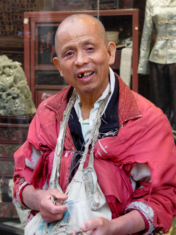 Ken camminava avanti e indietro per Chinatown, il quartiere cinese di San Francisco,  ogni giorno chiedendo spiccioli ai numerosi turisti. Non conosco la sua storia, ne come riusciva a sopravvivere. Anche lui era un homeless. Da tempo non lo incontro più. Mi auguro che abbia trovato una sistemazione e un piccolo lavoro.