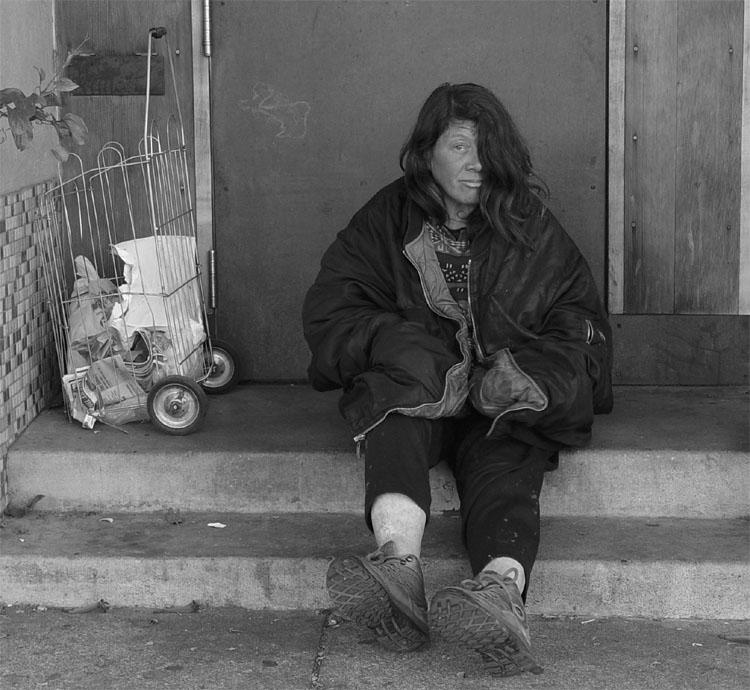 Ho incontrato Mary una domenica pomeriggio di alcuni anni fa. Era seduta tutta sola nell'ingresso di una palazzina a pochi metri dal mio ufficio a San Francisco. Non era l'ingresso di casa sua. Lei non ha una casa dove tornare. Ha rifiutato i pochi dollari che avevo in tasca ma ha accettato di farsi fotografare, quasi con orgoglio.
