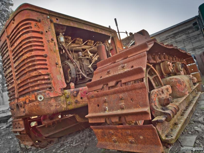 Vecchio trattore arruggiunito nella fattoria di Chan Lincoln a Courtland, poco distant5e da Locke