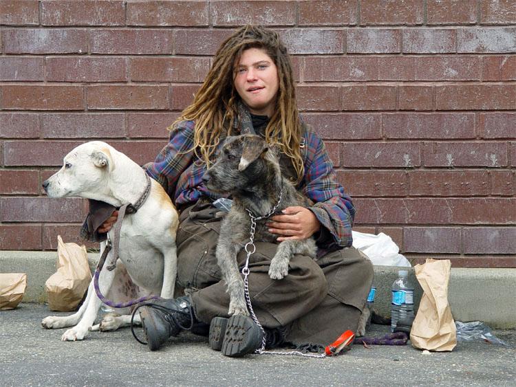Rebecca è una giovanissima ragazza senzatetto. Girovaga con un gruppo di ragazzi homeless e un alcuni cani per le strade della zona Haight-Ashbury, in San Francisco. Abbiamo chiacchierato un po' della sua vita e dei suoi sogni prima che le scattassi questa foto. Mi sembrava più preoccupata dei suoi cani che di se stessa.