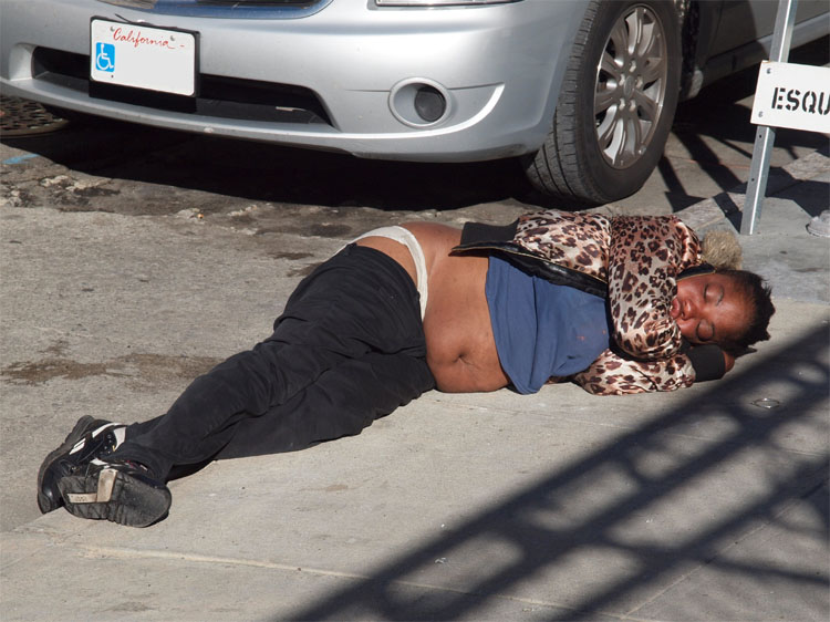 Non conosco il nome di questa giovane donna. Era lì sdraiata su un marciapiede del Tenderloin, in San Francisco. Probabilmente ubriaca o intossicata dalle droghe. Non ha voluto essere aiutata. Sbiascicando le parole mi ha chiesto di essere lasciarla in pace. Ho scattato questa foto e lentamente mi sono allontanato.