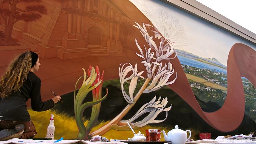 Mona Caron al lavoro su un murale