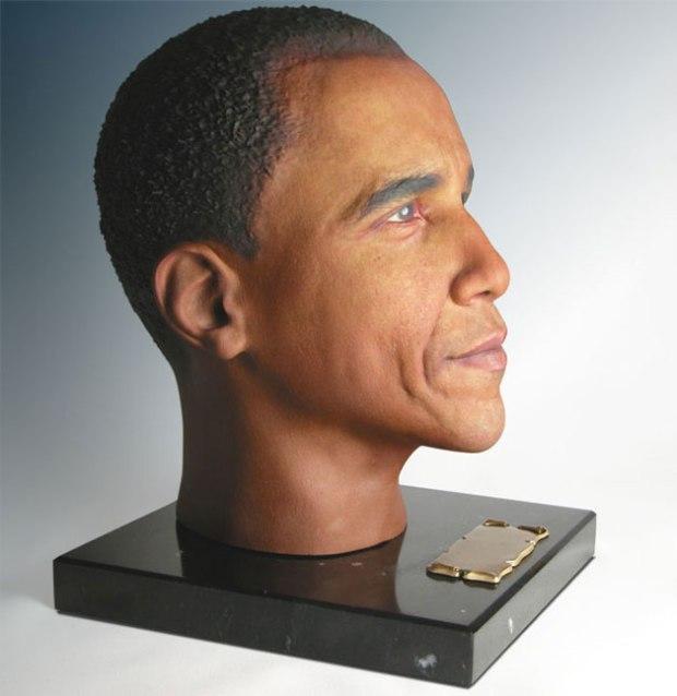Urna a forma di testa. Basata su foto del caro estinto o di un suo eroe.