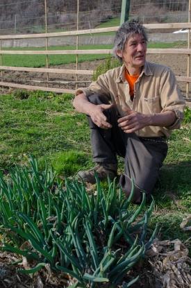 Patrizio mostra con orgoglio alcune delle rare varietà da lui coltivate