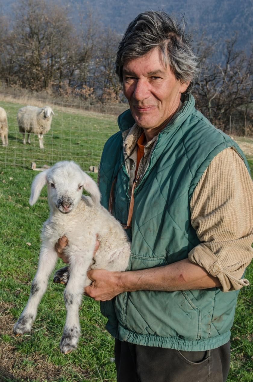 Patrizio con un agnello di pecora Ciuta, varietà locale a rischio di estinzione