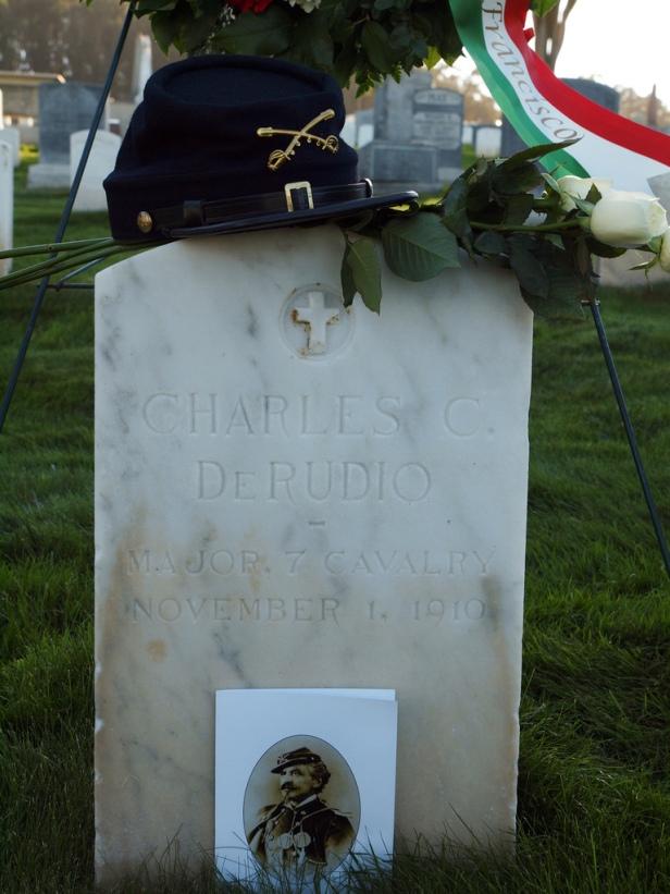 La tomba del Conte Carlo Camillo Di Rudio a San Francisco, uno dei personaggi storici rievocati da Roberto Bonzio. Il Conte Di Rudio combatté nel Settimo Cavalleria con il generale Custer e fu uno dei pochi sopravvissuti della battaglia di Little Bighorn.