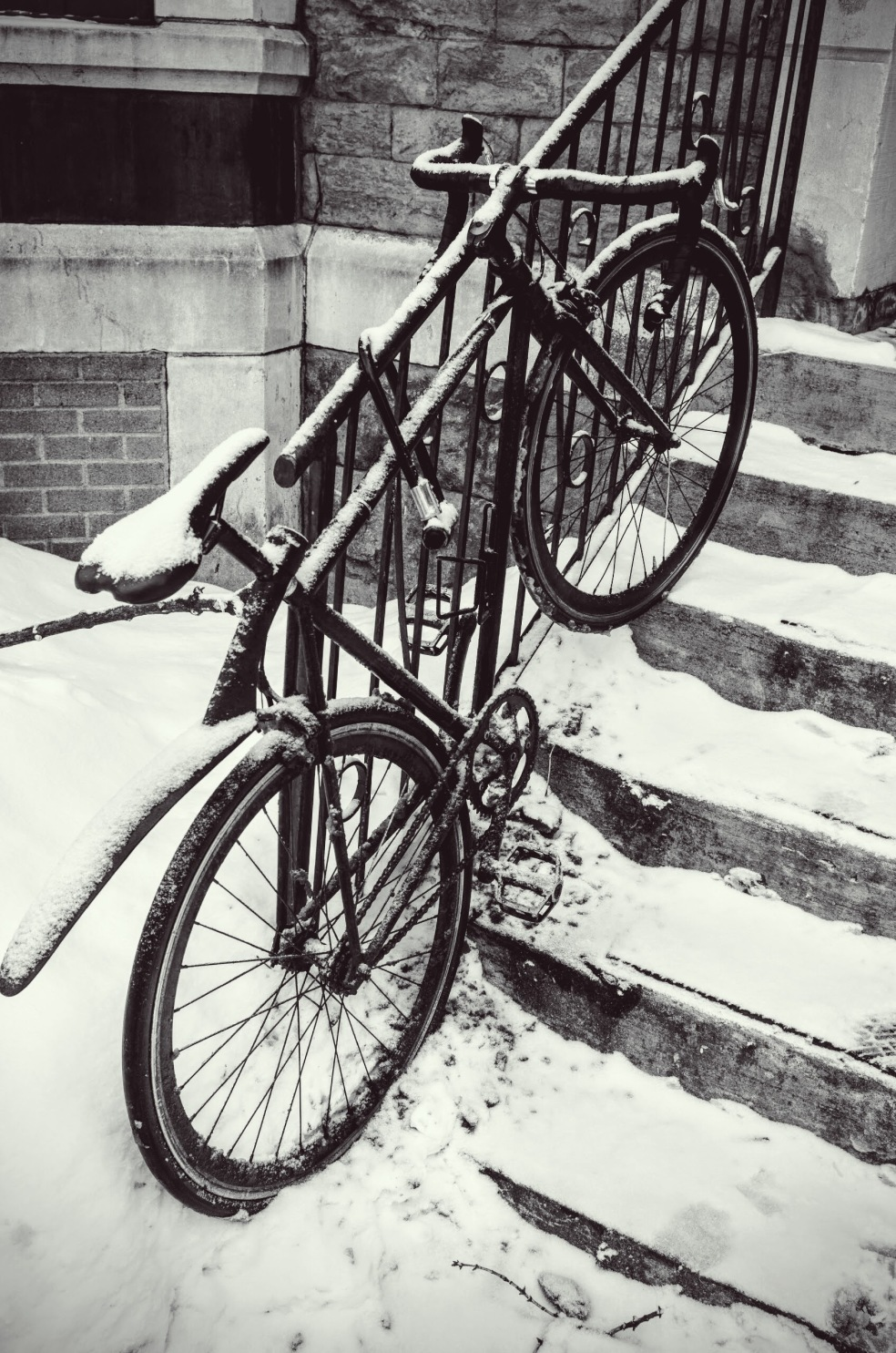 Molti studenti utilizzano la bicicletta per spostarsi anche nel nevoso periodo invernale.