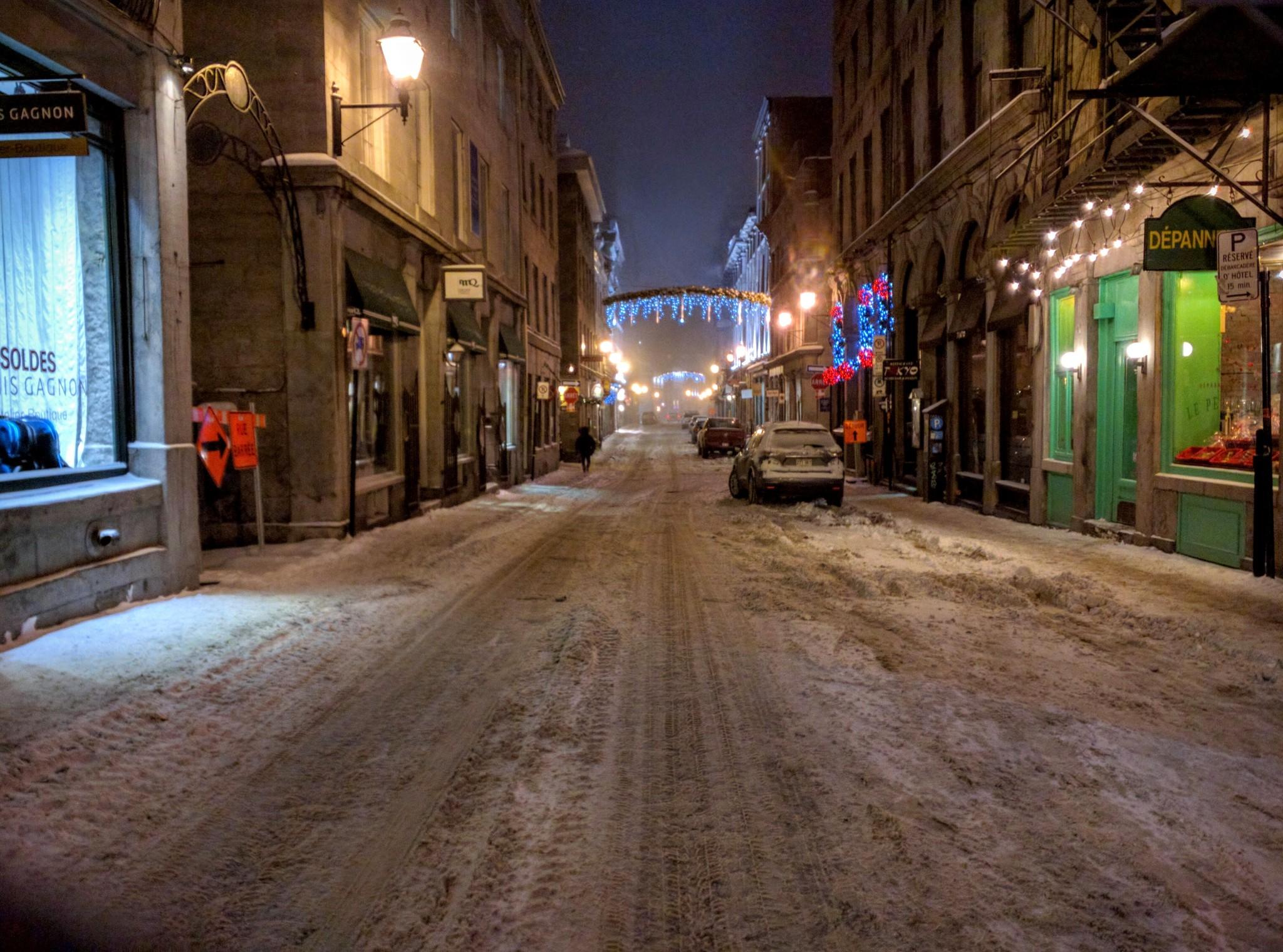 Strada innevata nella vecchia Montreal, regione del Quebec, Canada