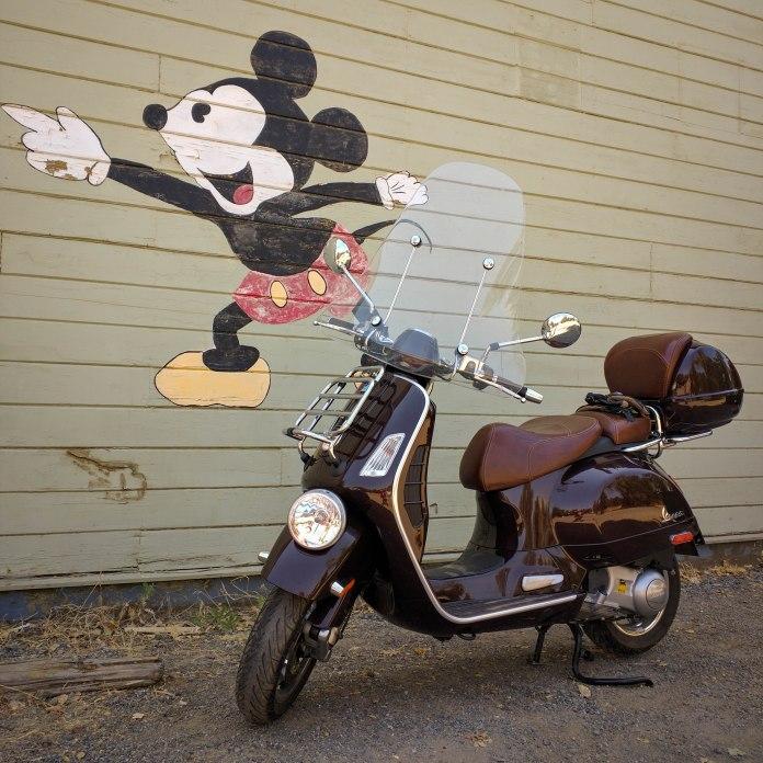 La Vespa incontra una famosa icona locale: Mickey Mouse