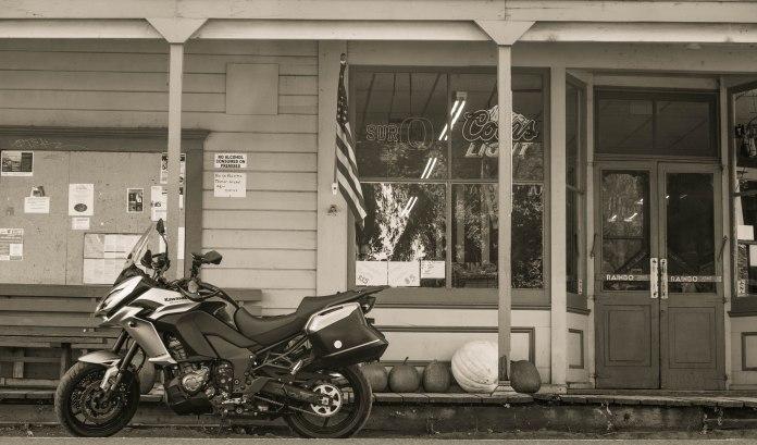 Kawasaki Versys 1000 LT: stopping at the village store