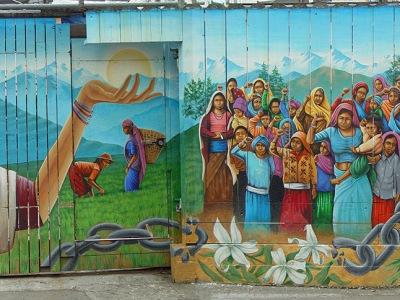 """Gigantesco murale a tema politico dedicato all'oppressione delle popolazioni indigene del centro e sud america. Si intitola """"Naya Bihana"""" che significa """"nuova alba"""". Il murale èstato dipinto interamente su una staccionata in Balmy Alley nel 2002 dal muralista Martin Travers."""