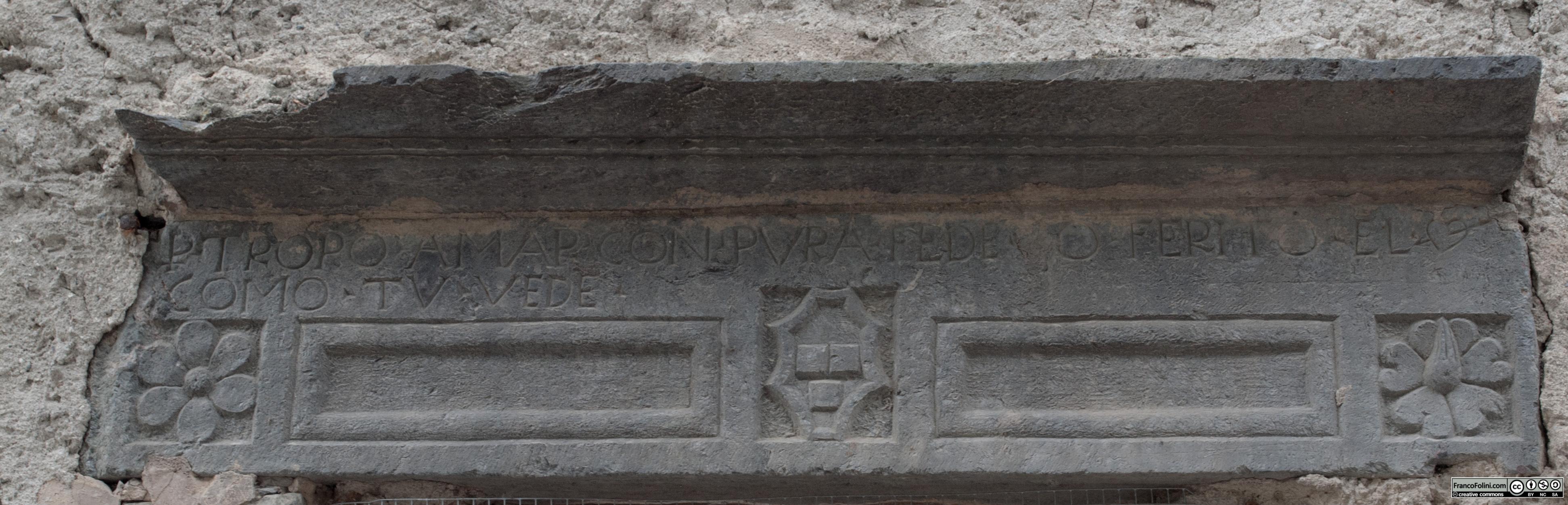 """Angoli nascosti di Chiuro: iscrizione d'amore rinascimentale con stemma della famiglia quadrio. L'iscrizione recita """"Per tropo amar con pura fede, o ferito el core, come tu vede""""."""
