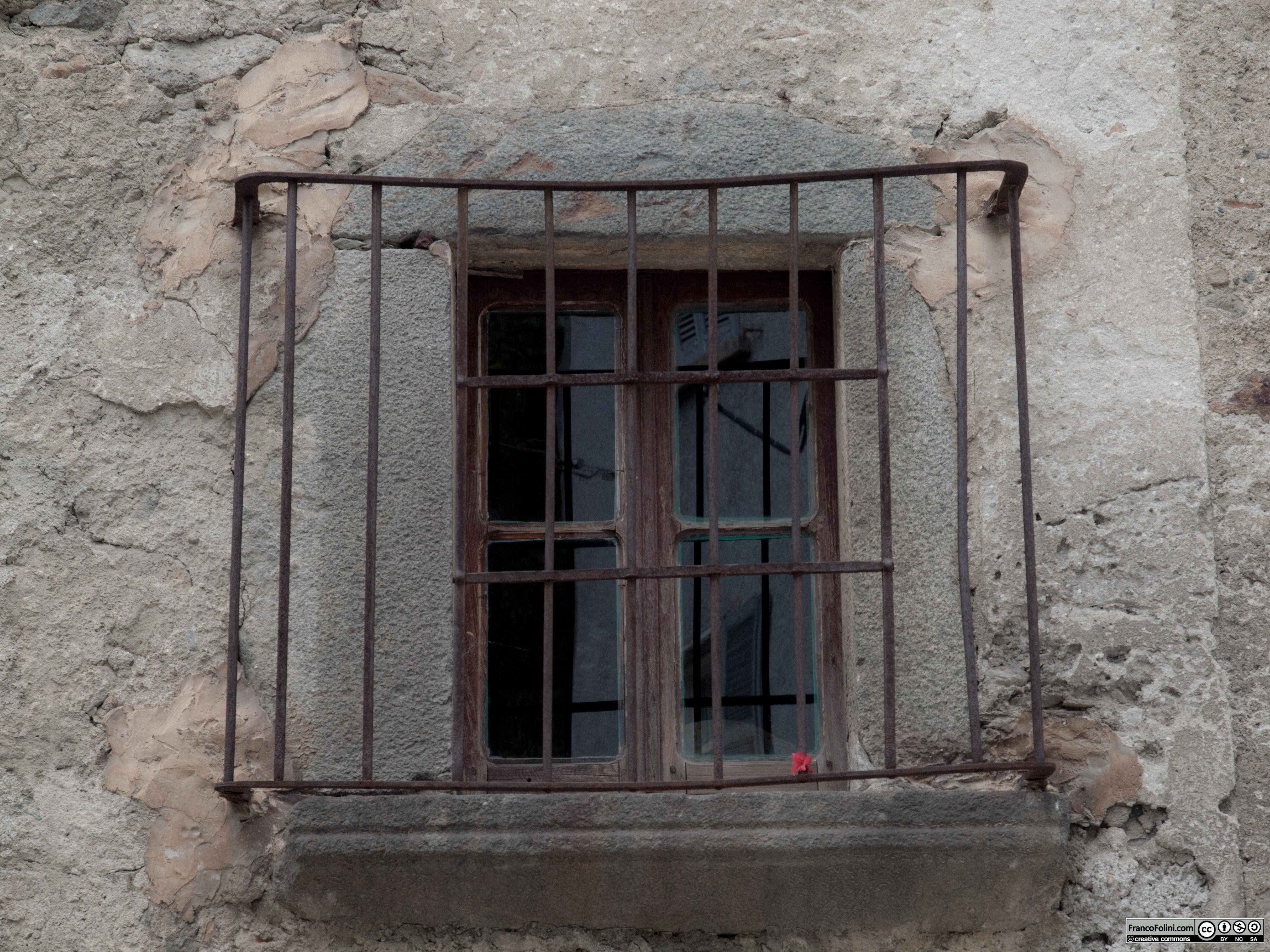 Angoli nascosti di Chiuro: antica finestra con grata in ferro battuto