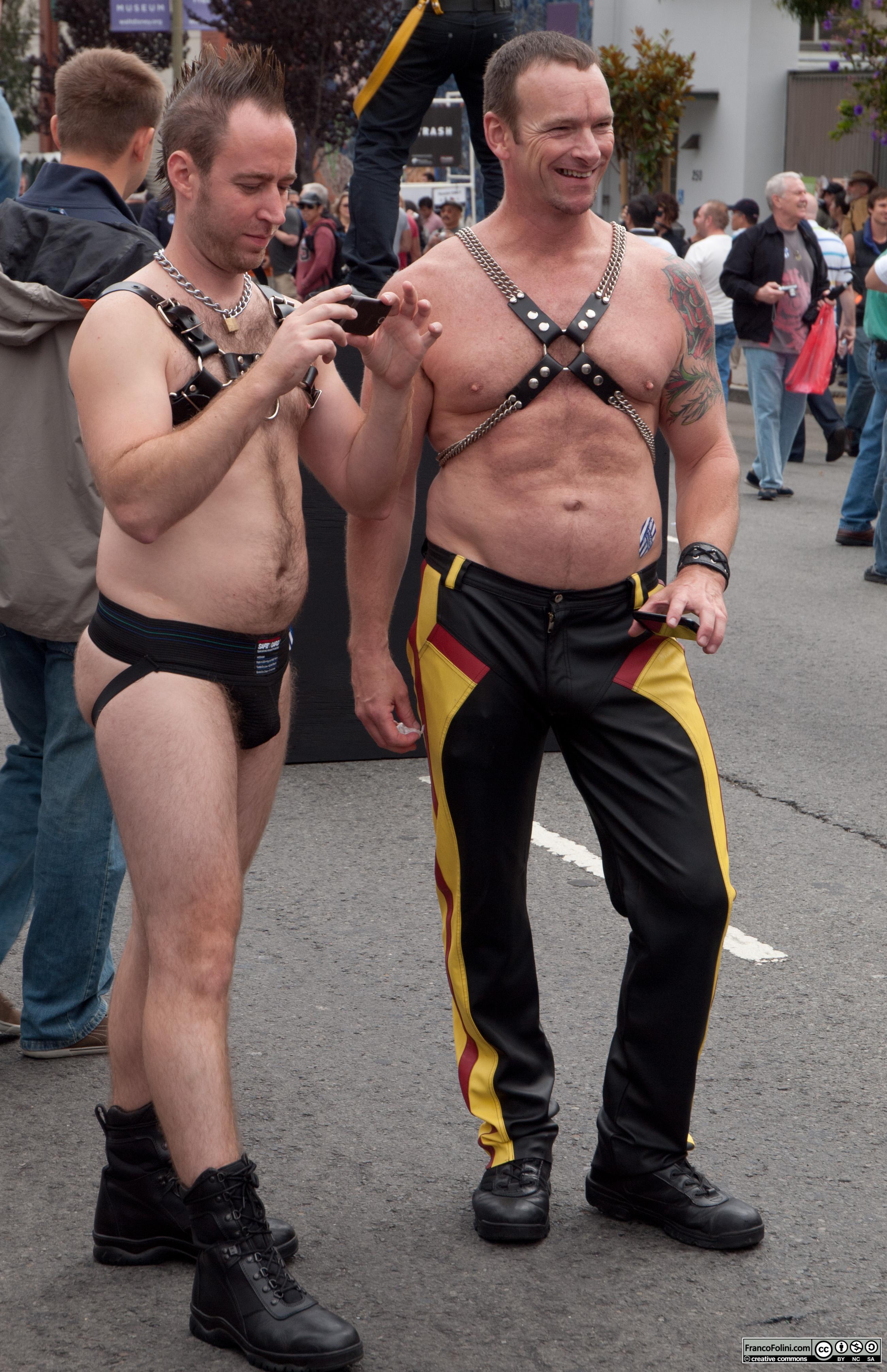 San Francisco Folsom Street Fair: gay couple