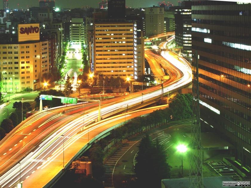 Tokyo: traffico e luci notturne