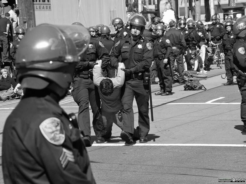 Pacifisti a San Francisco protestano contro la guerra in Iraq del presidente George W. Bush
