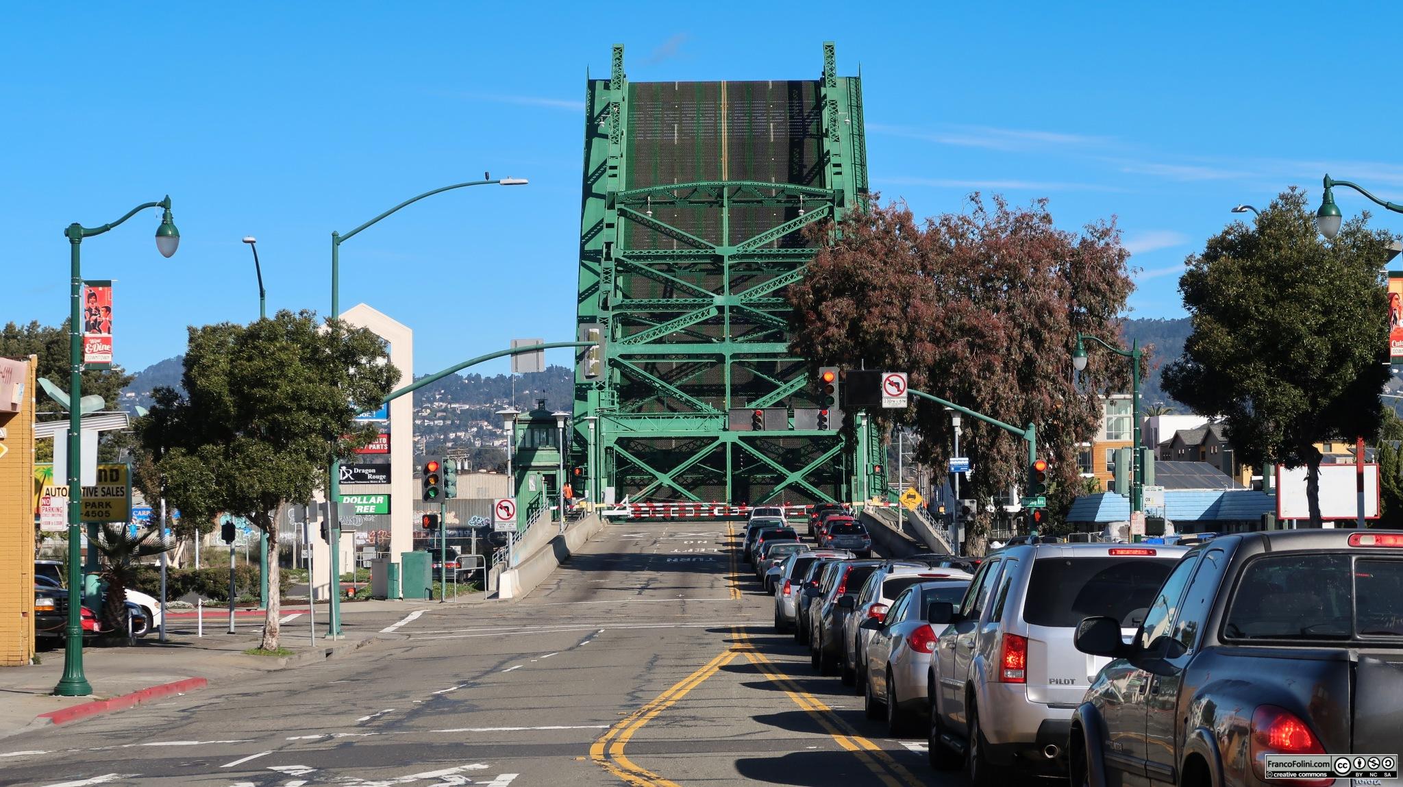 Il ponte di Park Street sollevato per permettere il passaggio di una nave. È un ponte levatoio a doppia anta con una campata di 372 piedi (113 metri). È stato costruito su quello che un tempo era l'estuario del fiume Oakland. Il ponte connette le città di Oakland e Alameda. Viene sollevato circa 1,700 volte all'anno ed è attraversato da una media di 40,000 veicoli per giorno lavorativo