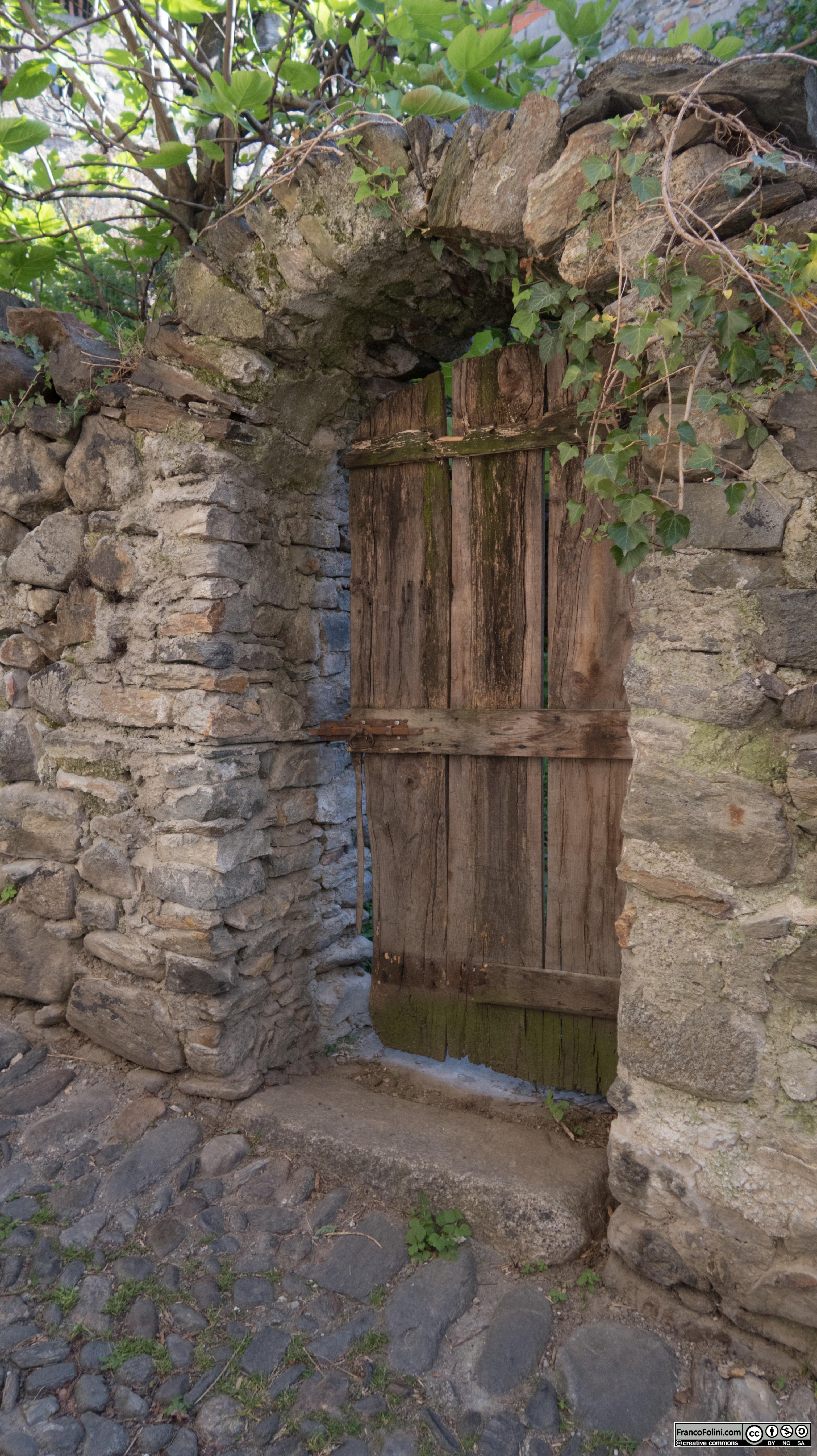 Antico ingresso ad un giardino privato in via Pozzalio, Ponte in Valtellina