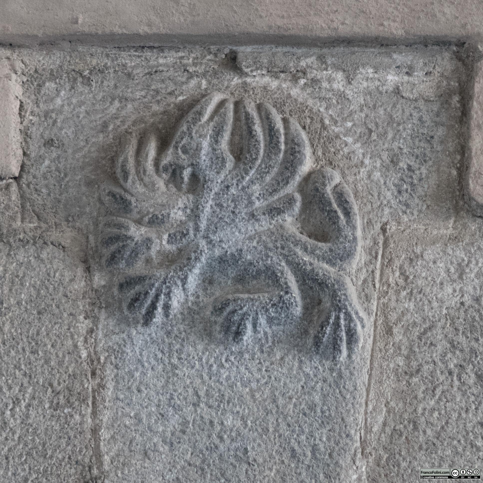 Grifone scolpito sulla chiave di volta di un portone di palazzo Guicciardi, Ponte in Valtellina