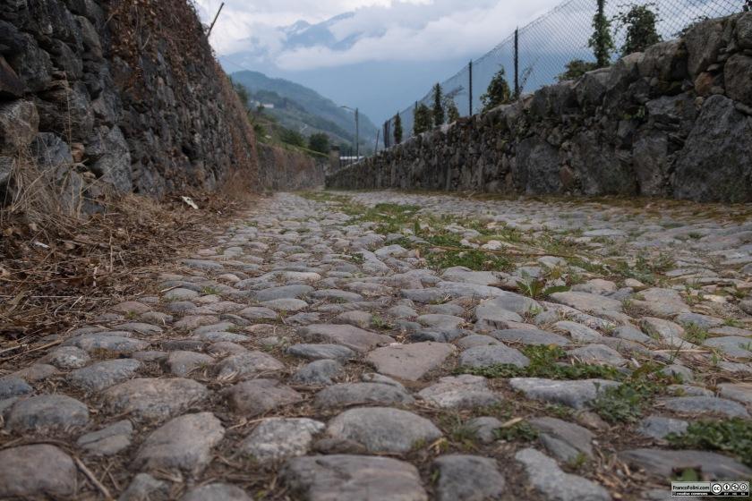 Via Chiuro, una strada di campagna con antico selciato, detto risc