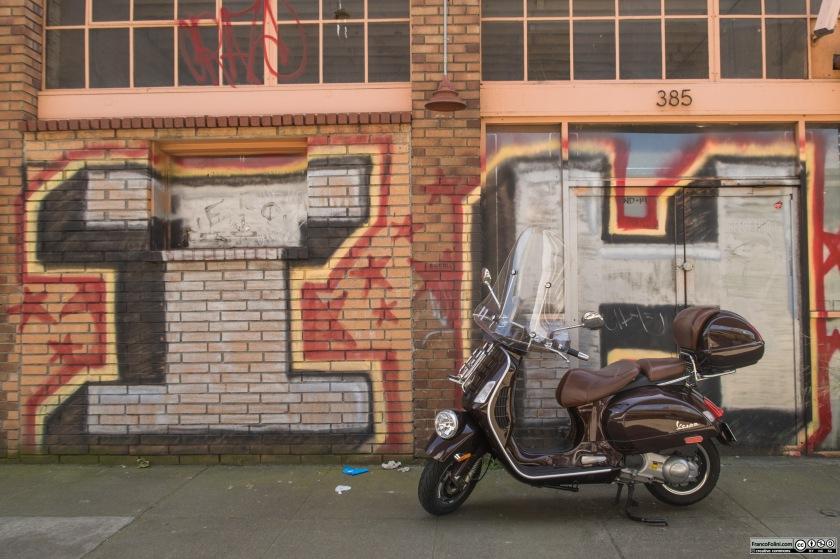 Vespa davanti ad un murale nella zona di Jack London Square