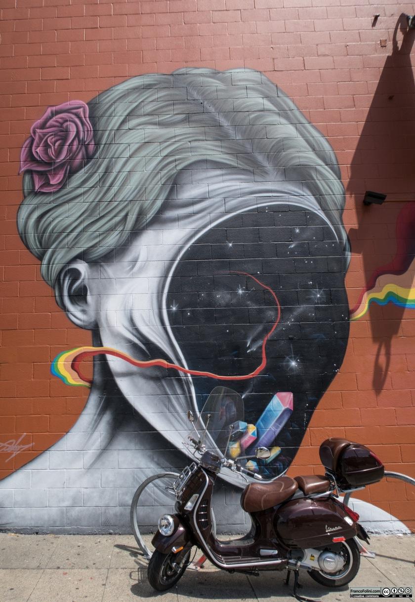 Vespa davanti ad un murale o graffiti nel centro di Oakland