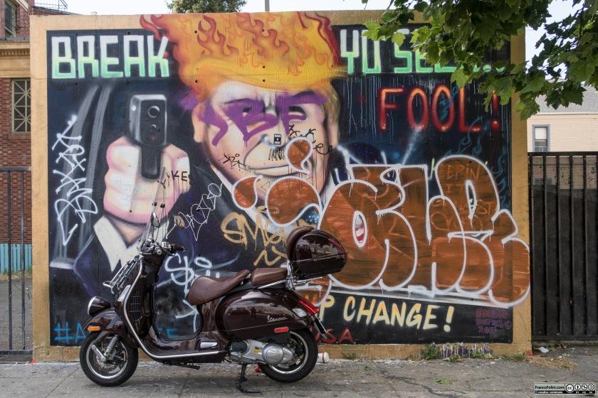 Vespa davanti ad un murale o graffiti su Telegraph Avenue