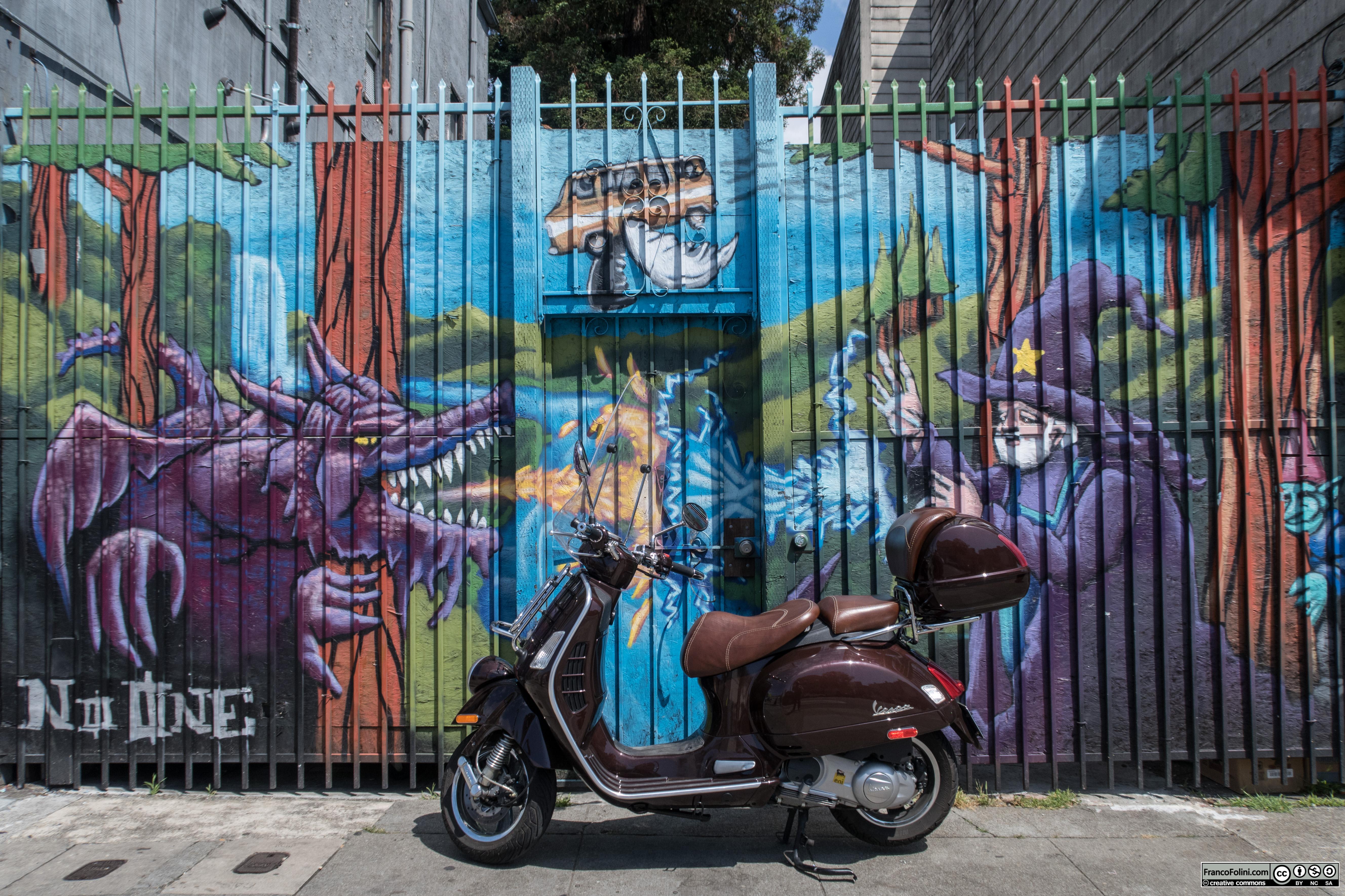 Vespa davanti a murale su Telegraph Avenue