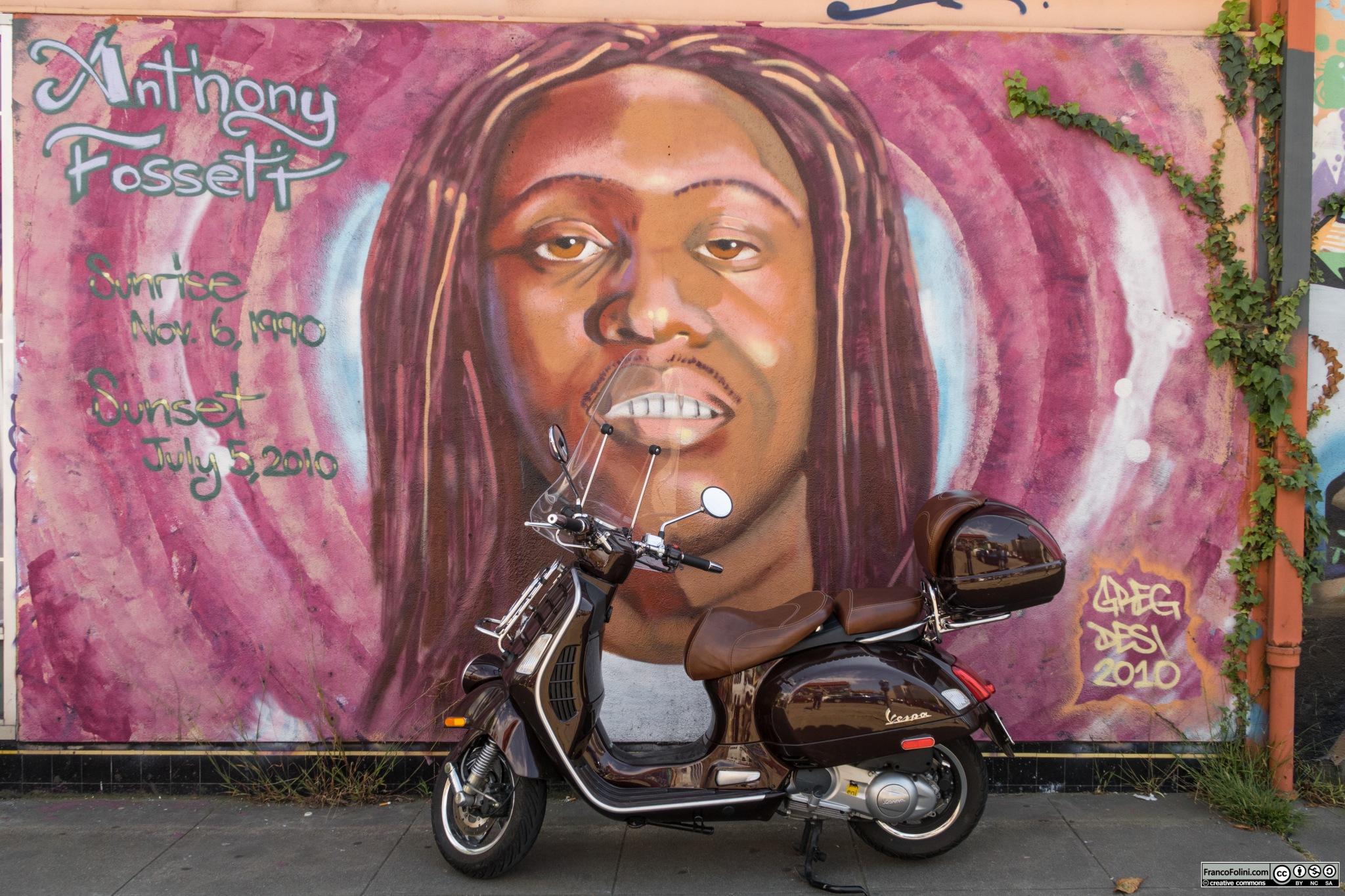 Vespa davanti a murale dedicato ad Anthony Lehman Fossett