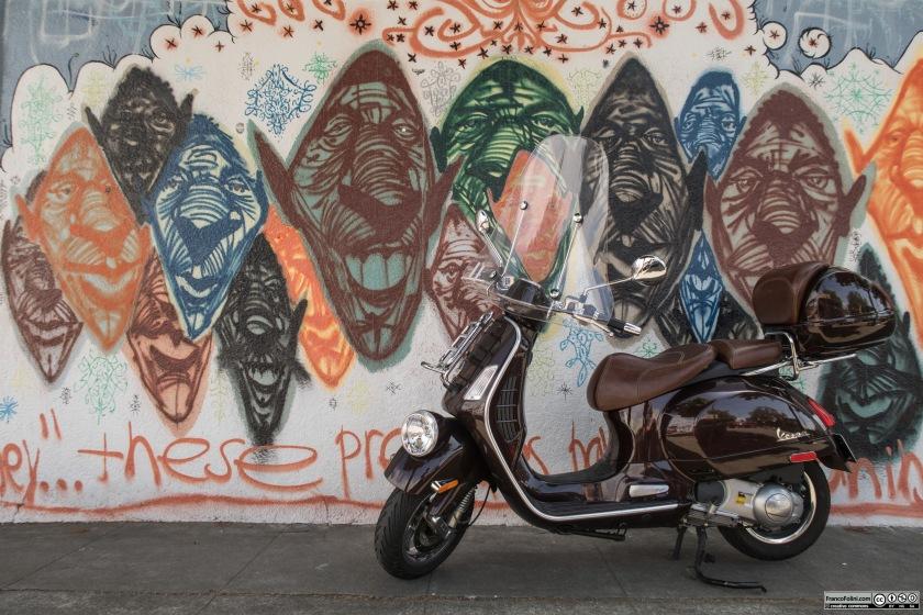Vespa davanti ad un murale
