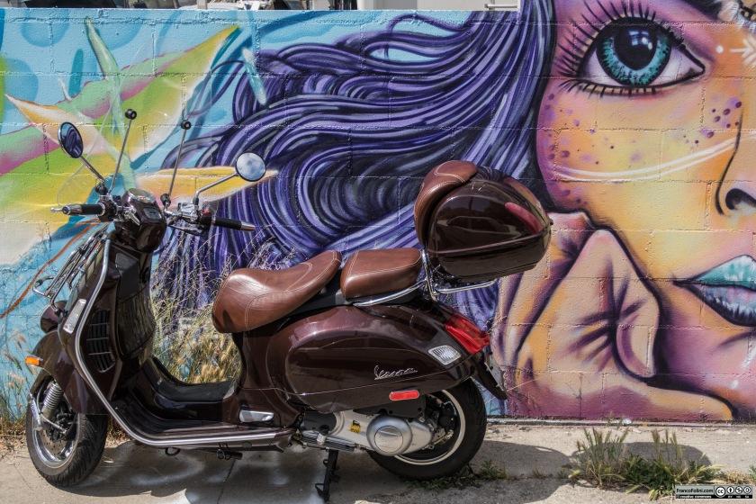 Vespa davanti ad un murale su una piccola traversa di Telegraph Avenue