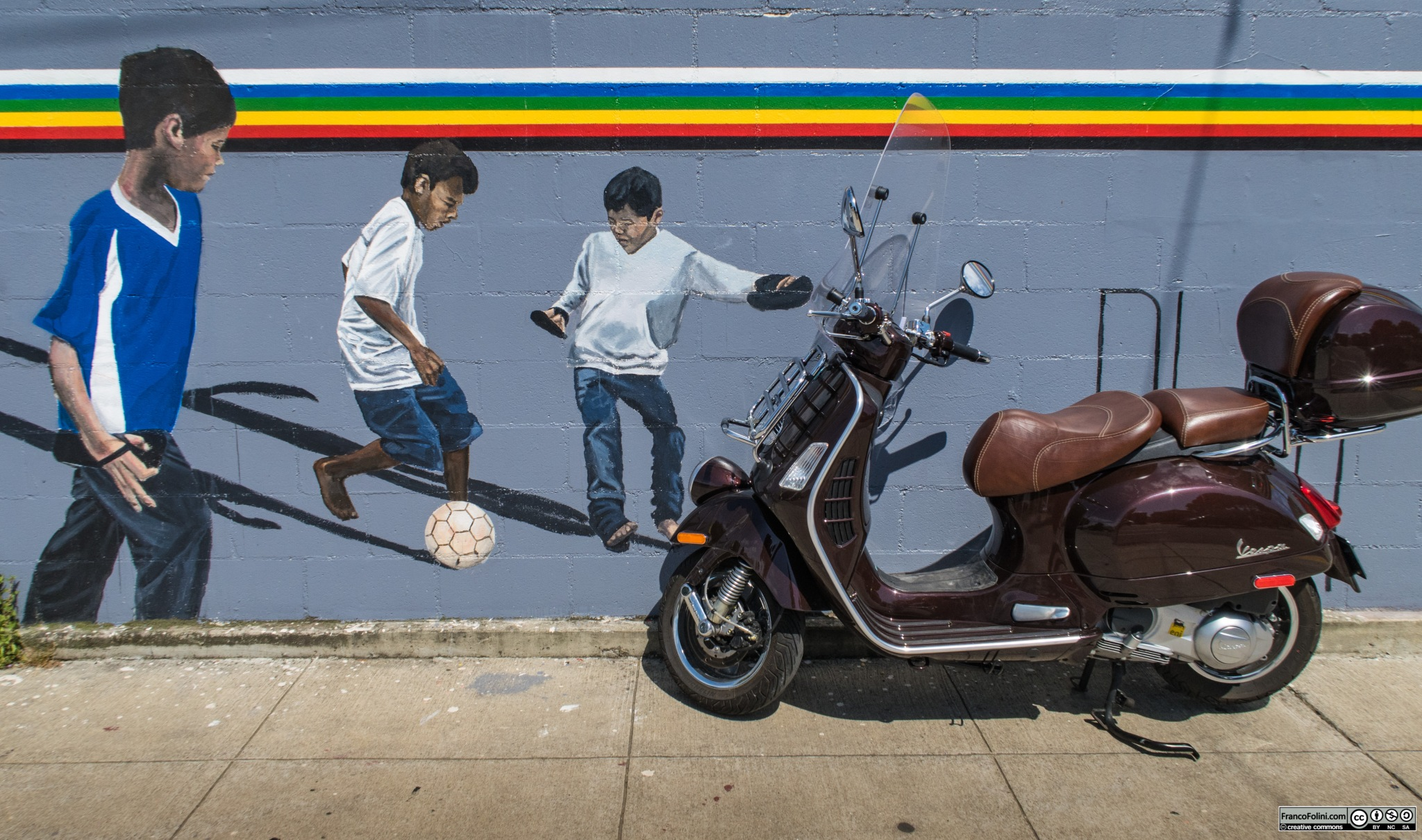 Vespa davanti ad un murale su Telegraph Avenue