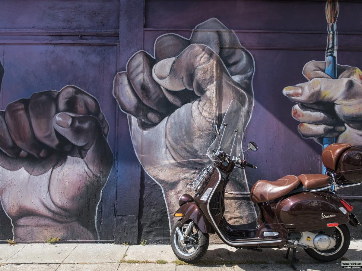 Vespa davanti al murale realizzato dal muralista cileno TEO