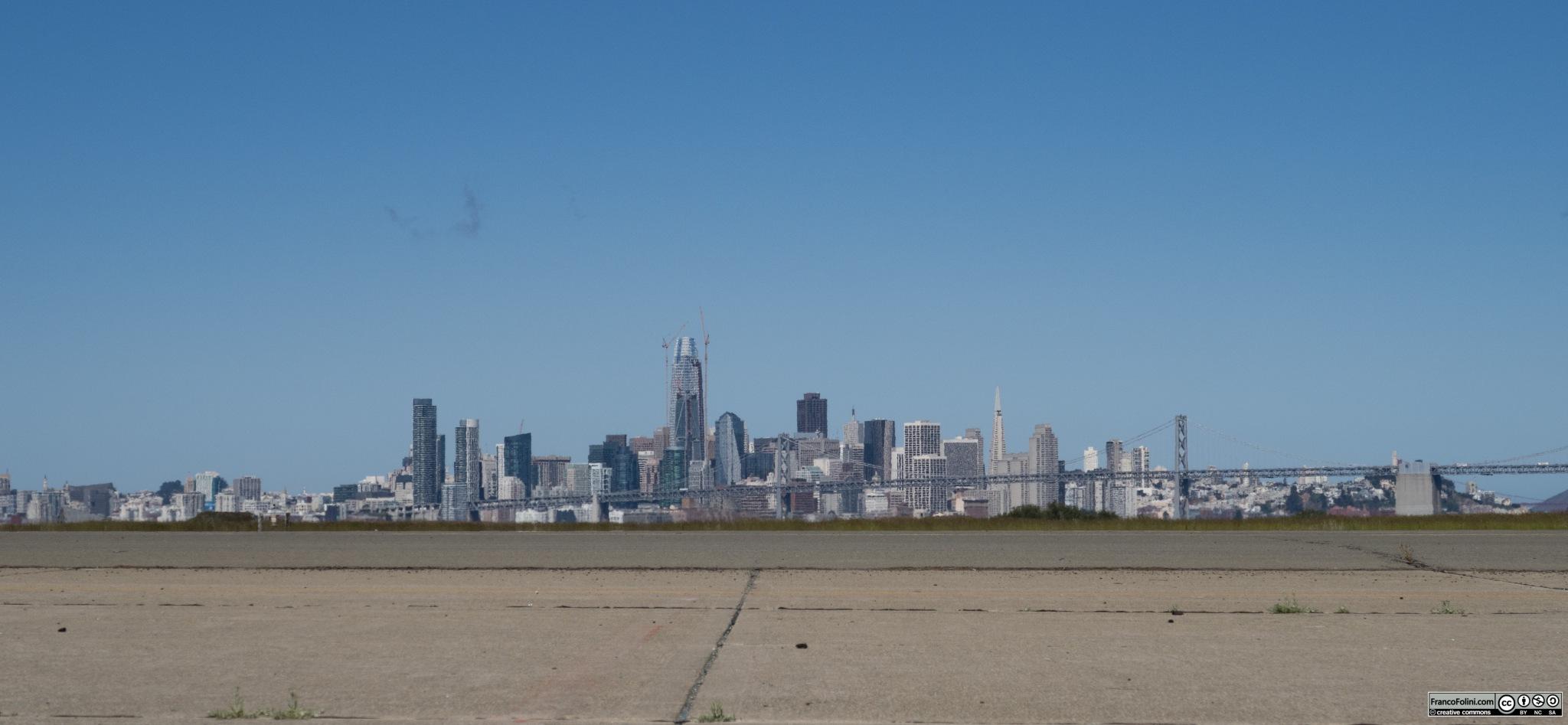 Il vecchio aeroporto militare di Alameda, ora pressoché abbandonato. Da qui, in assenza di nebbia, si gode un'eccezionale vista sulla città di San Francisco e il bay bridge