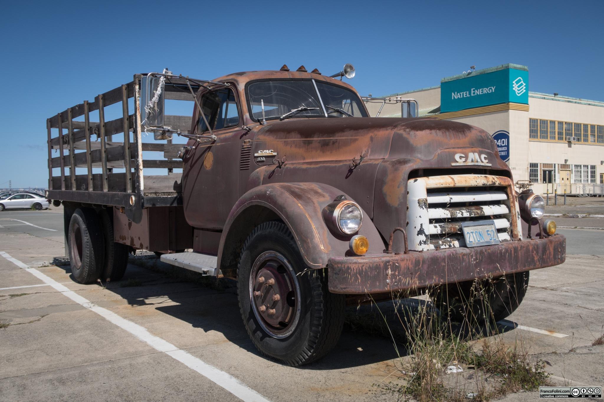 Vecchio camion GMC 620 degli anni '50 abbandonato in uno dei piazzali della ex base militare. Alcune delle grandi strutture della base militare sono state recentemente occupate da una casa vinicola e da un birrificio locali portando nuova vita a questa zona della città.