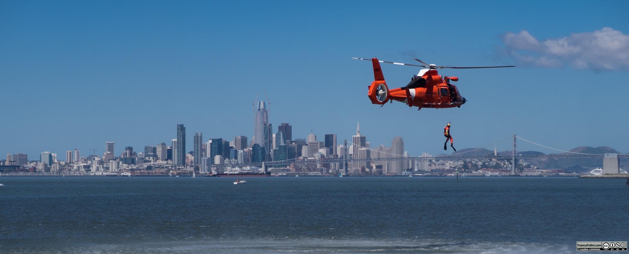La guardia costiera americana esegue un'esercitazione di soccorso davanti alle coste dell'isola di Alameda. Sullo sfondo l'iconica skyline di San Francisco e il Bay-bridge