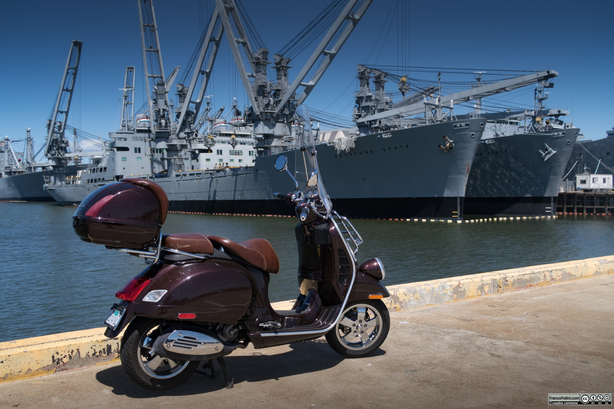 La mia Vespa di fronte ad alcune navi militari, credo in disuso, ormeggiate nel porto di Alameda.