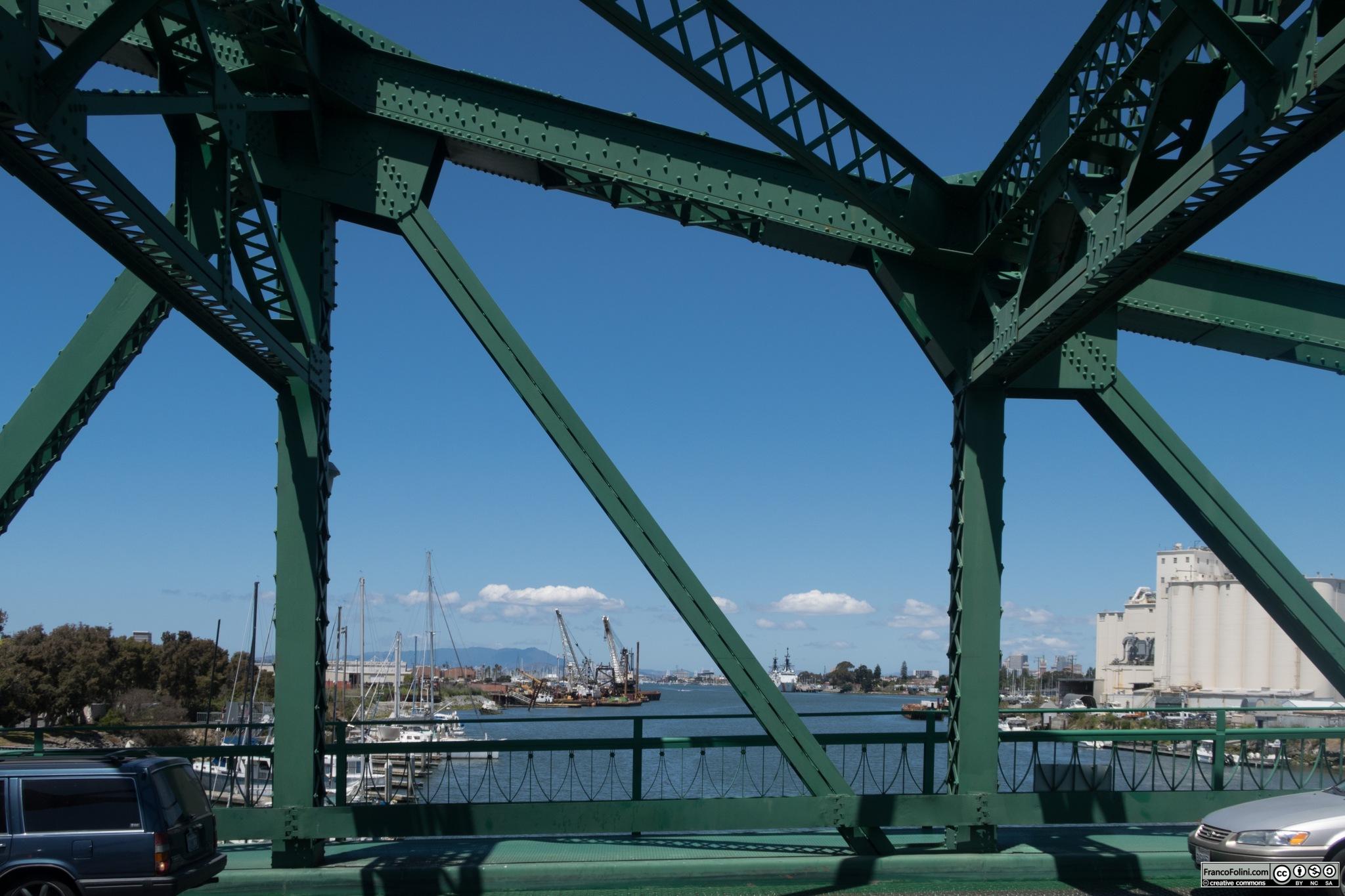 Vista del ponte levatoio di Park Street che connette l'isola di alameda con Oakland. In questa immagine il ponte e' abbassato e attraversato dalle auto