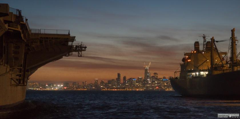Vista notturna di San Francisco dal porto militare di Alameda