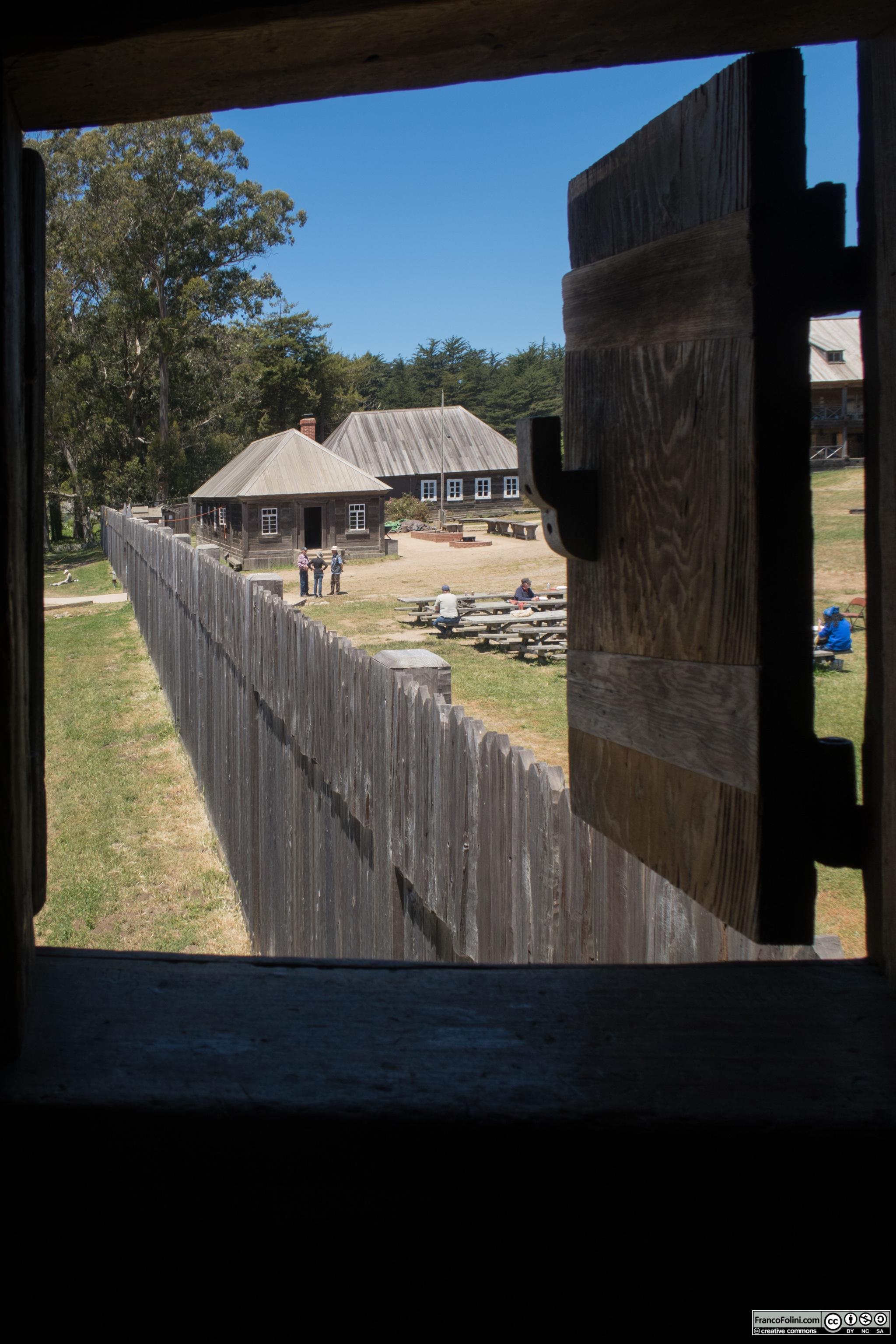 Fort Ross: vista del muro di difesa dalla torre angolare. L'edificio era la residenza del comandante.