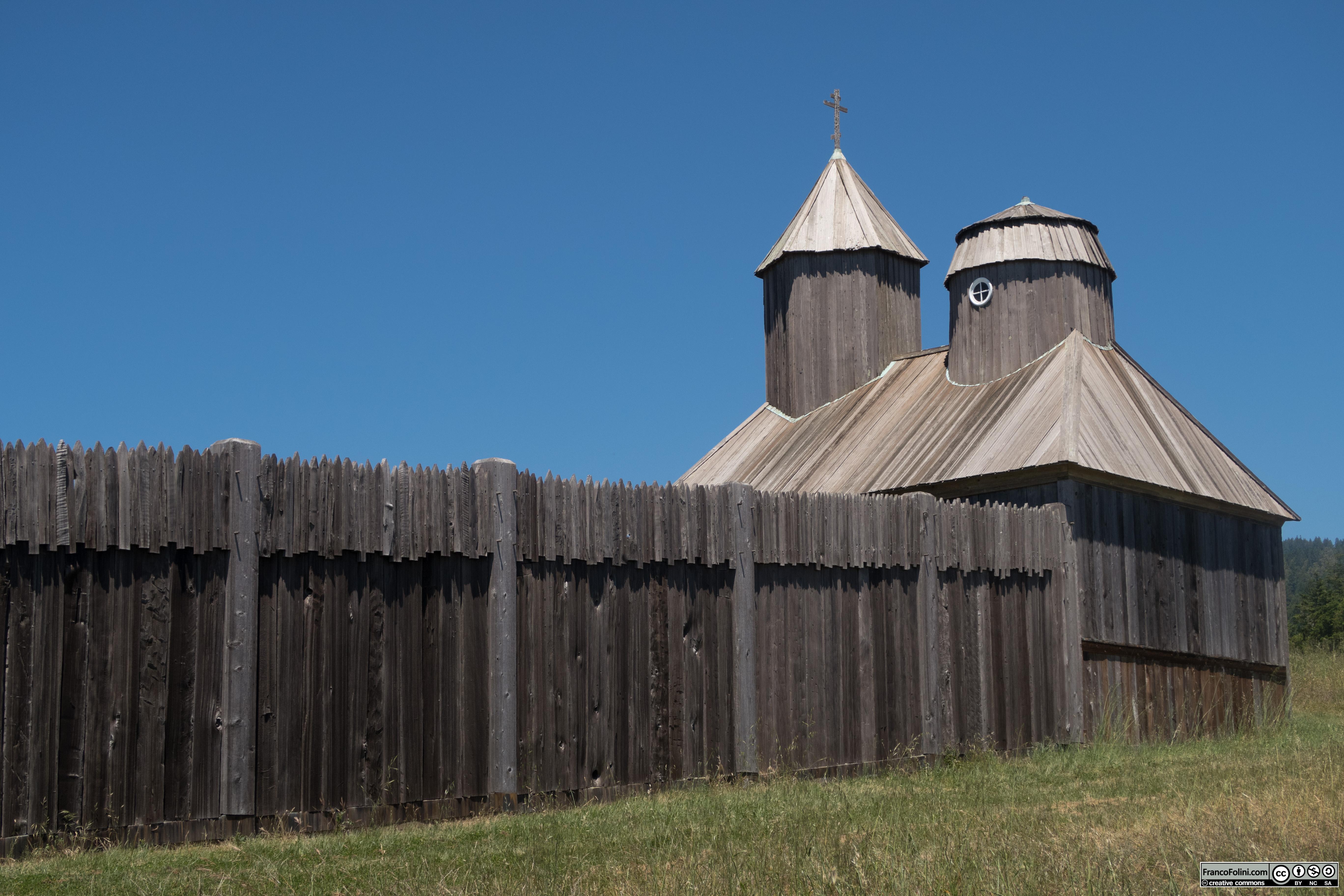 Fort Ross: vista dall'esterno del lato sud del forte con il muro e la cappella ortodossa.
