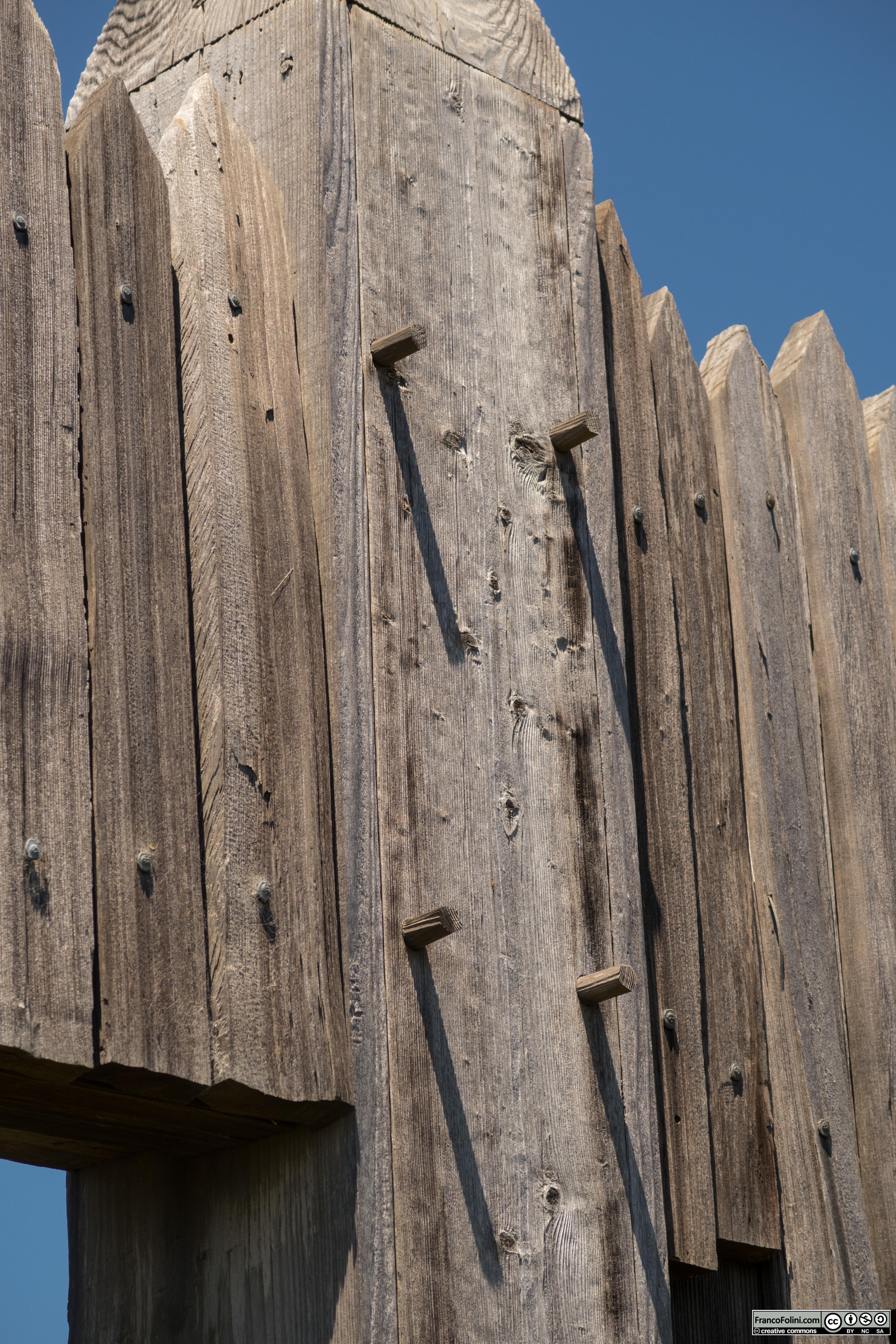 Fort Ross: dettaglio dell'ingresso sud del forte. Si noti la compelta assenza di chidi in metallo. L'intero montaggio era stato realizzato esclusivamente in legno.