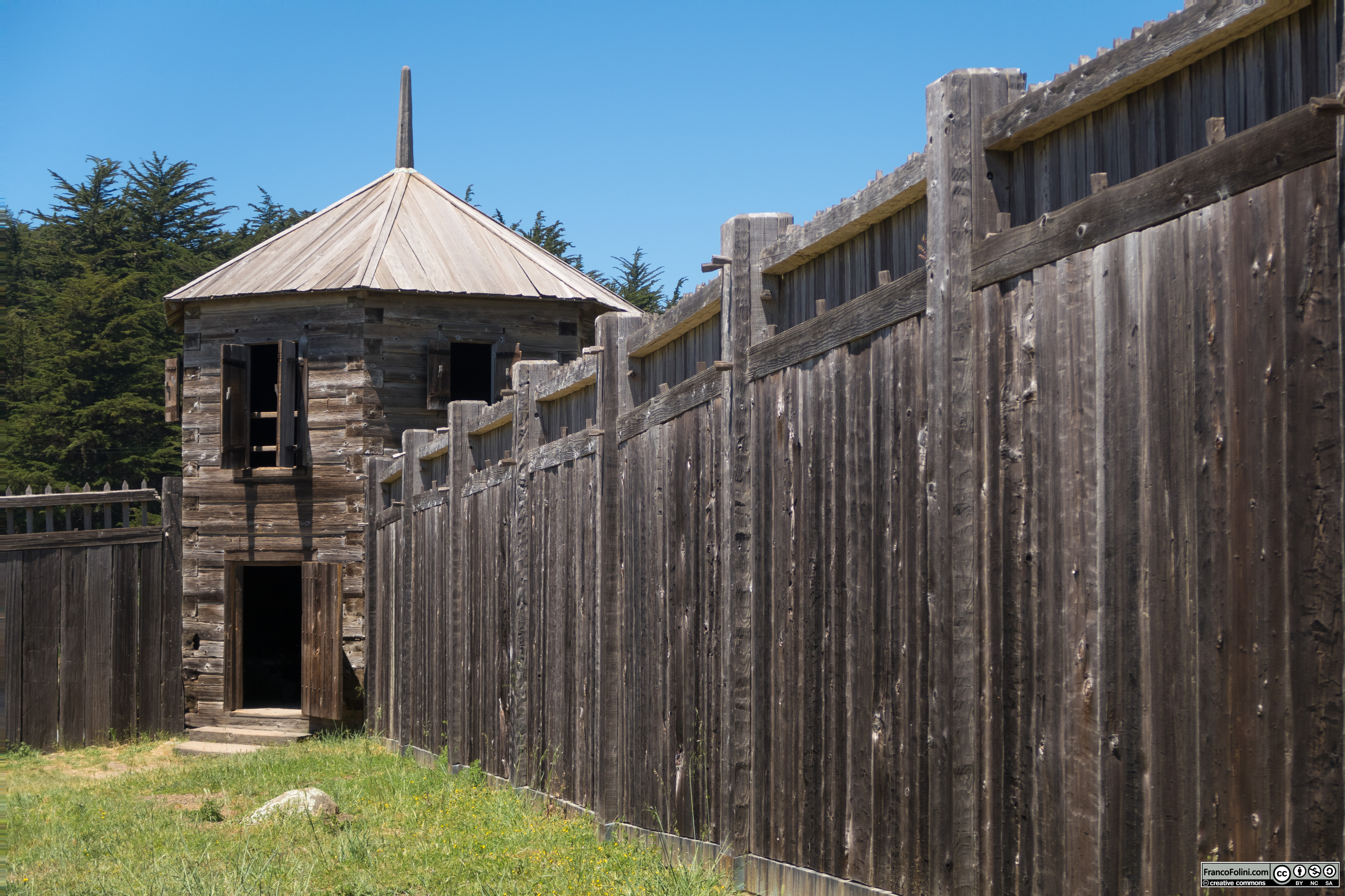 Fort Ross: il robustissimo muro di cinta in legno di sequoia (redwood)