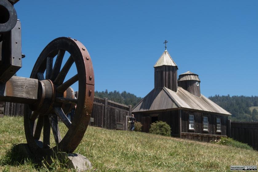 Fort Ross: cannoncino in primo piano e cappella ortodossa sullo sfondo