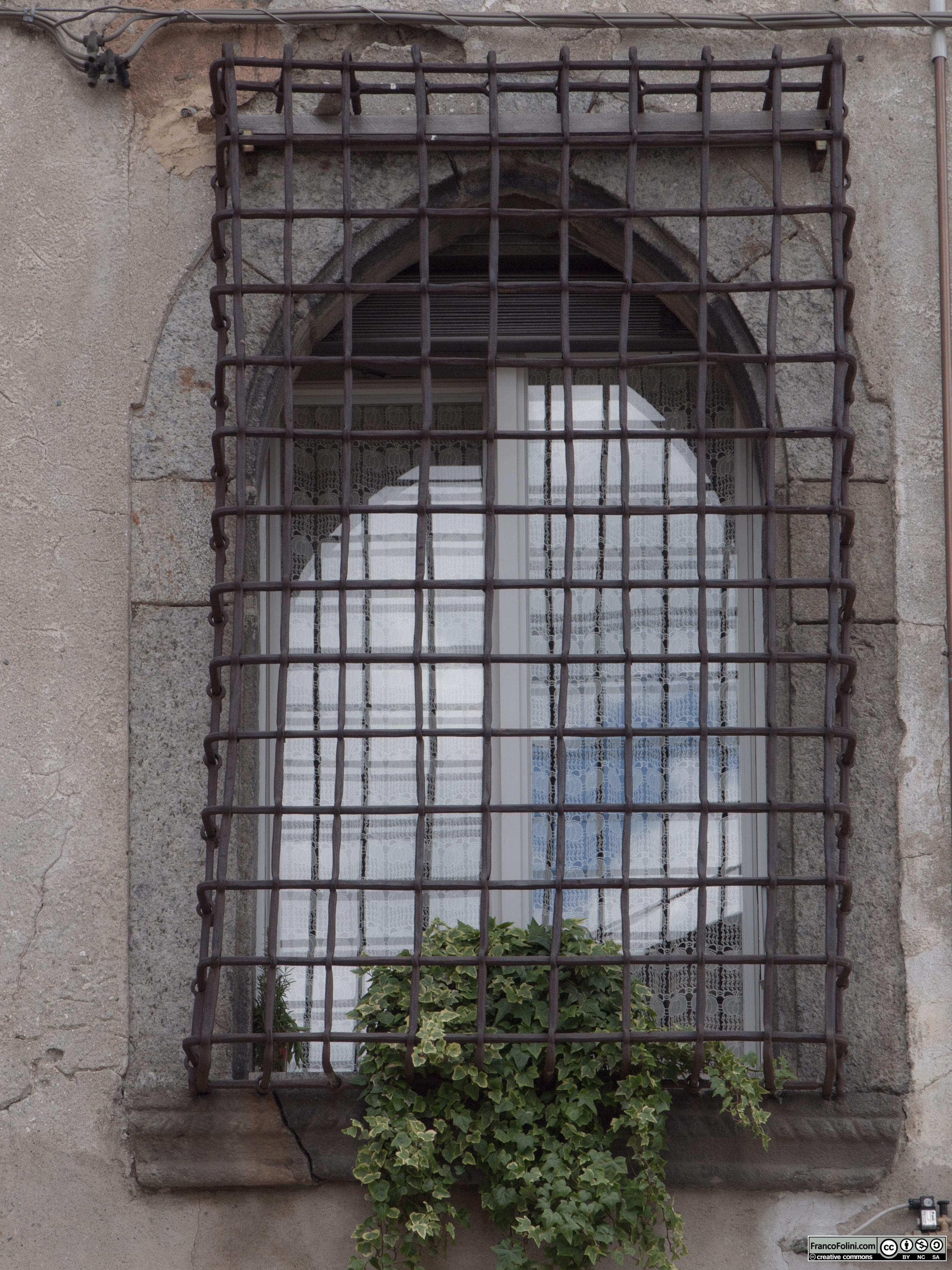 Angoli nascosti di Chiuro: finestra rinascimentale con l'originale grata in ferro battuto