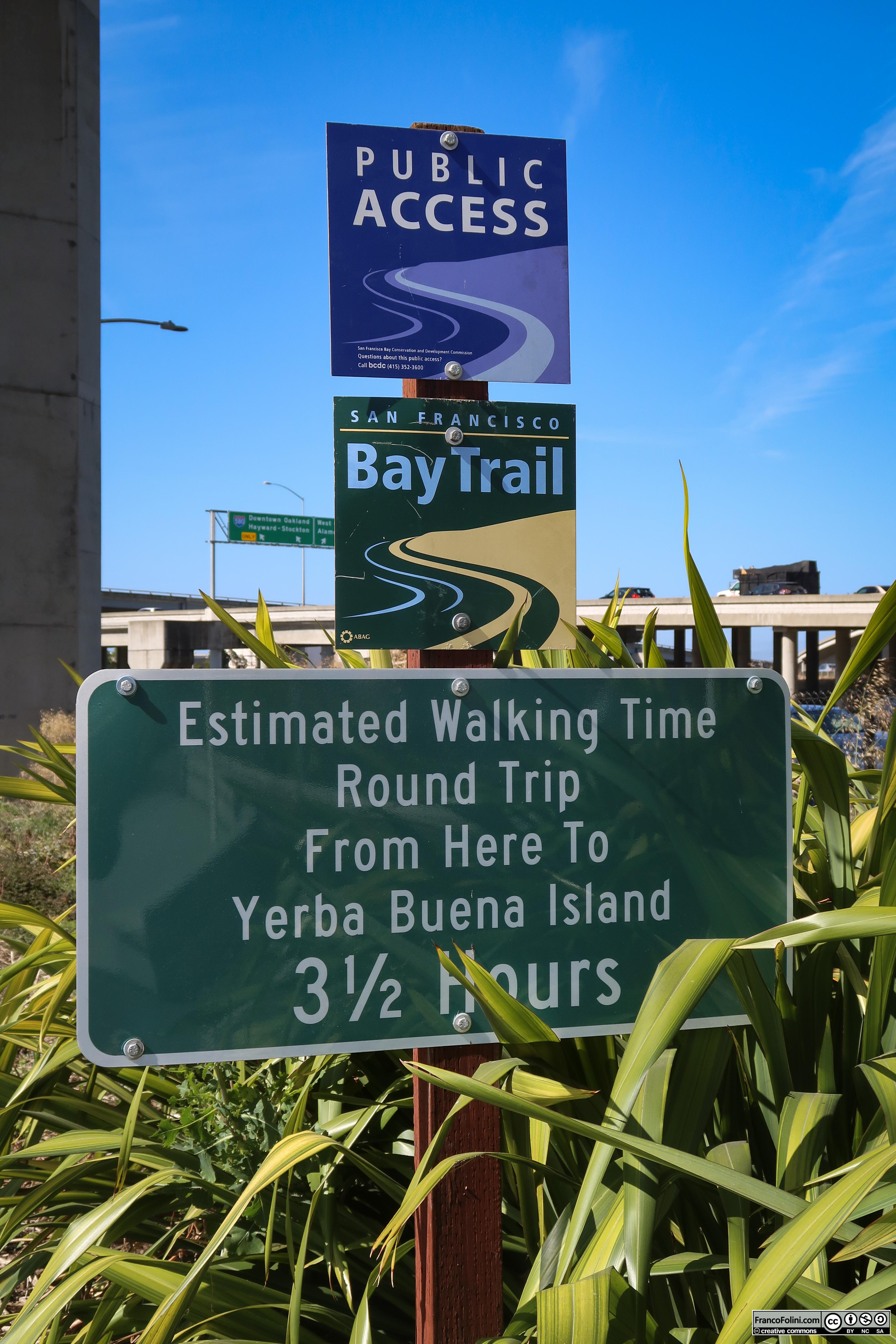 Il cartello all'inizio della pista ciclo-pedonale sul lato Est della baia